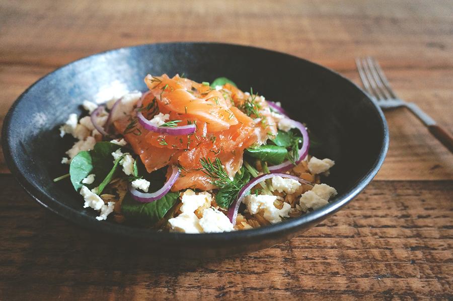salada de salmão curado, lentilha vermelha e agrião