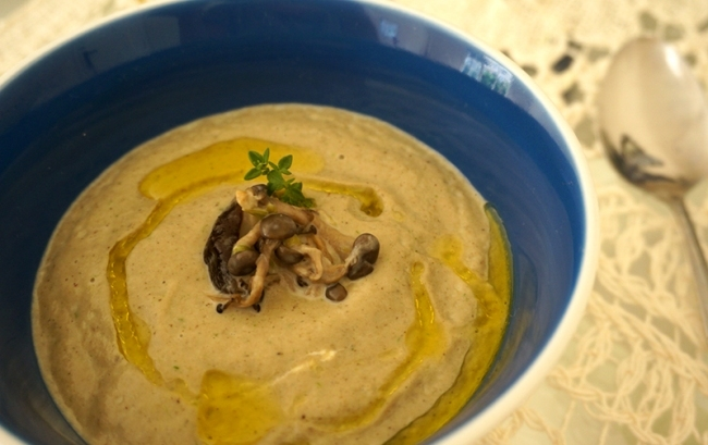 sopa de cogumelos e alho-poró