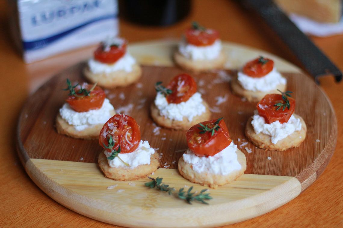 Canapés de Parmesão com Tomate Assado e Creme de Ricota