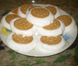 Biscoito maizena recheado com maria-mole