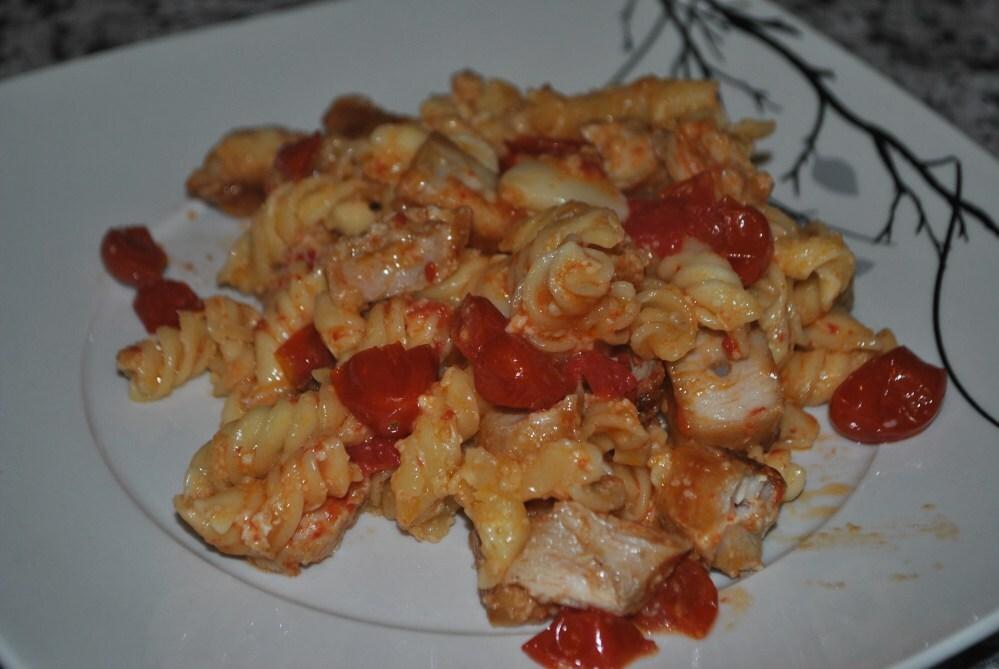 Fusilli ao molho de tomates assados e frango