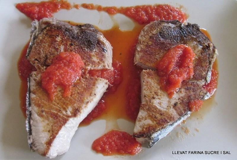 tonyina fresca al salsa tomaquet