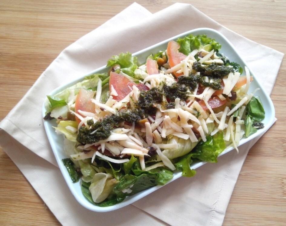Salada de folhas com tomate, queijo meia cura e vinagrete de salsa