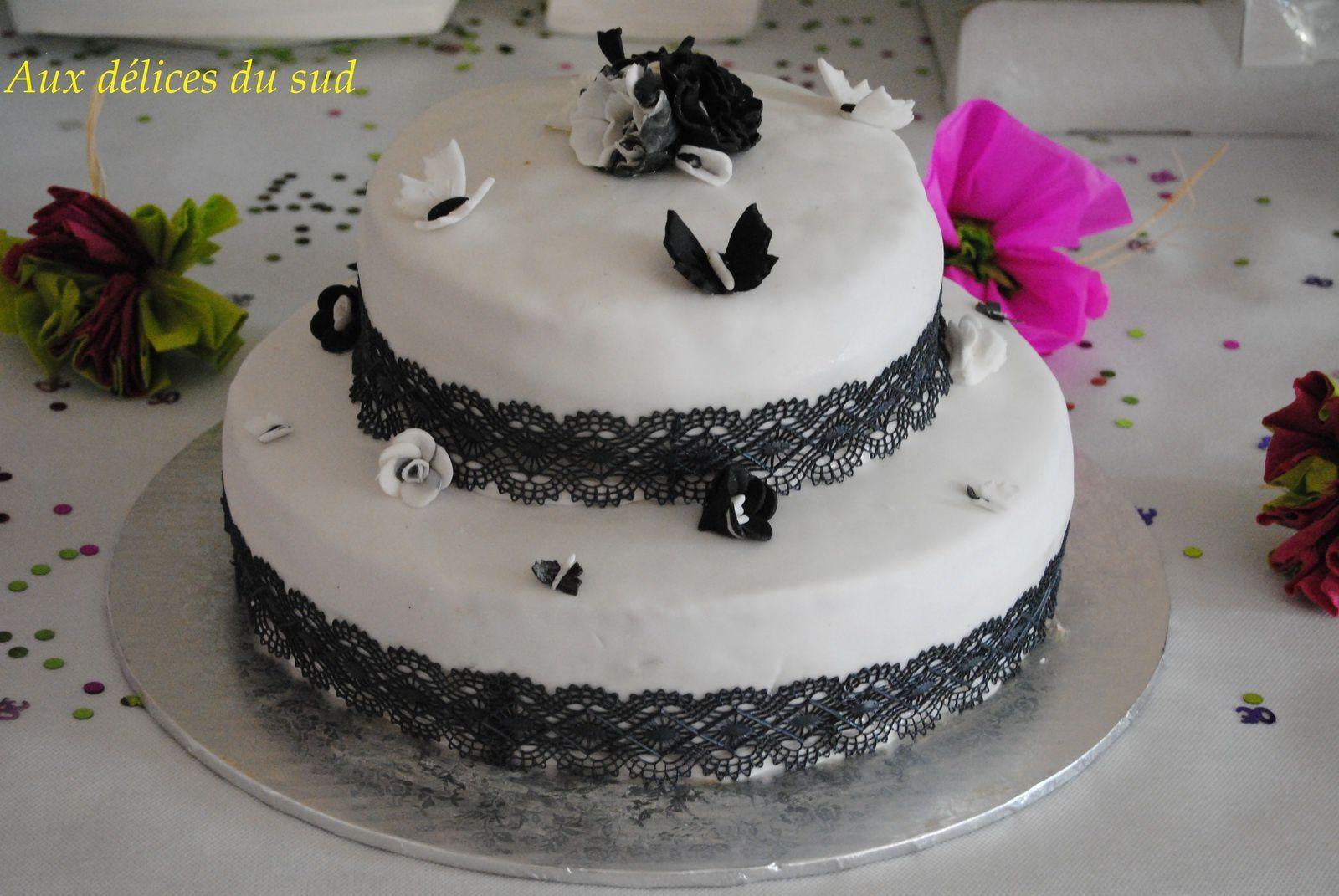 Gâteau à étages noir et blanc pour l'anniversaire de Julie .