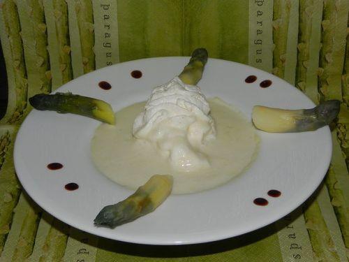 Velouté d'asperges blanches à la Chantilly de lard fumé