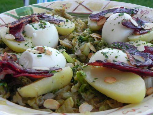 Salade de chou tiède au magret de canard fumé, aux amandes et aux oeufs mollets