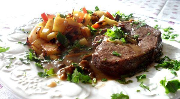 Tournedos de biche sauce madère aux chanterelles et sa poêlée de légumes rustiques