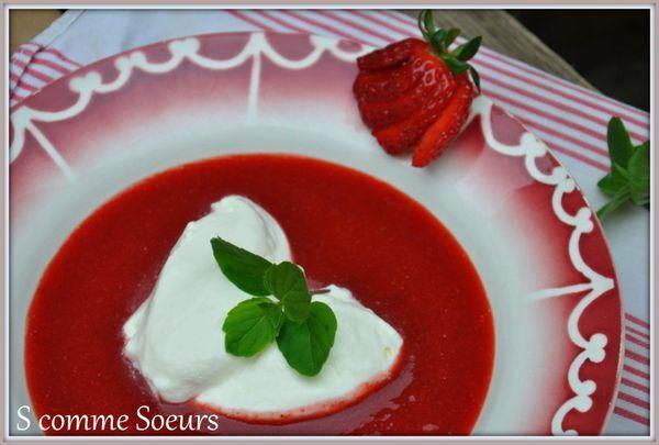 Soupe de fraises, crème fouettée à la menthe verte