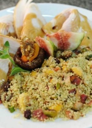 Peito de Peru com Farofa de Sêmola e Frutas Secas e Molho Agridoce de Figos
