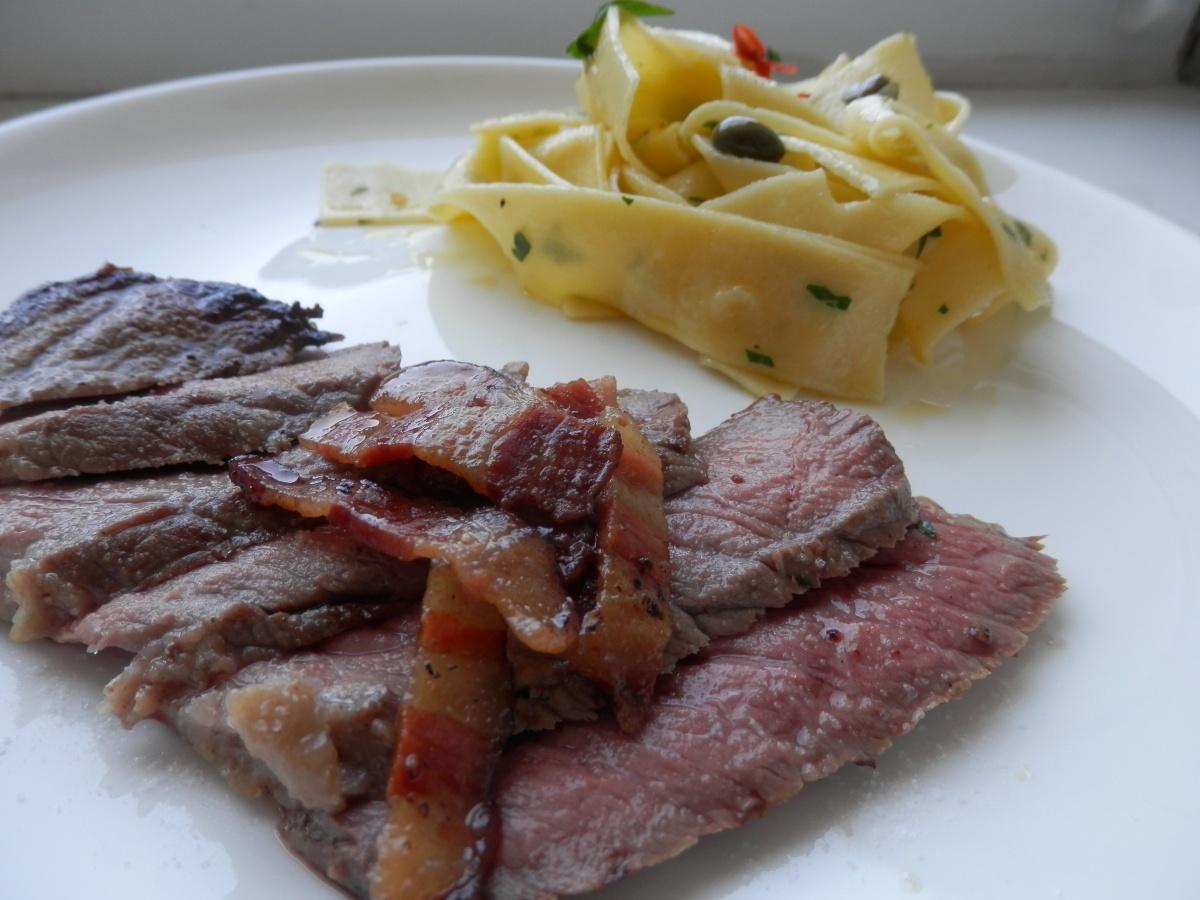 Pappardelle aglio olio e peperoncino s plátkami vysokej roštenky a opečenou slaninkou
