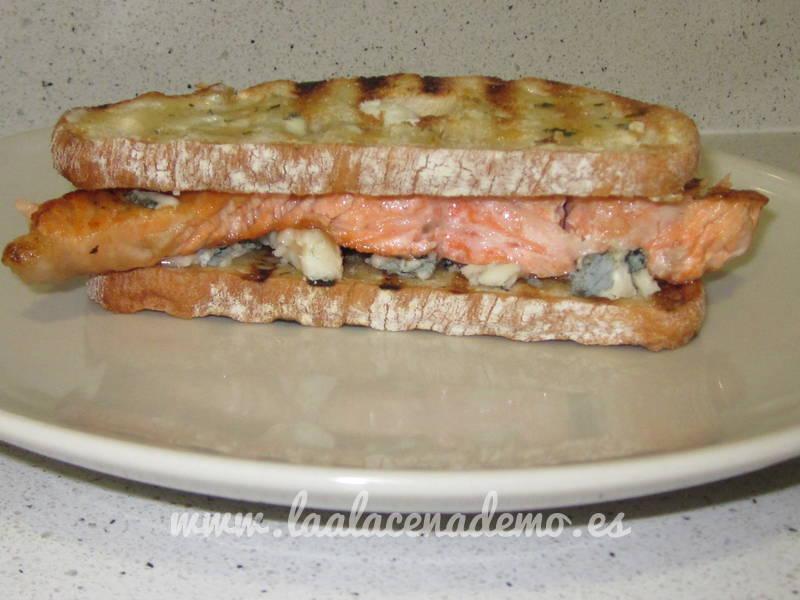 Tosta de salmón, roquefort y mantequilla aromatizada de estragón