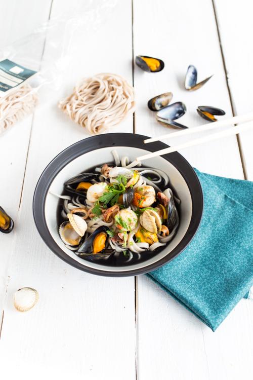 Fettuccine en bouillon à l'encre de seiche & fruits  de mer