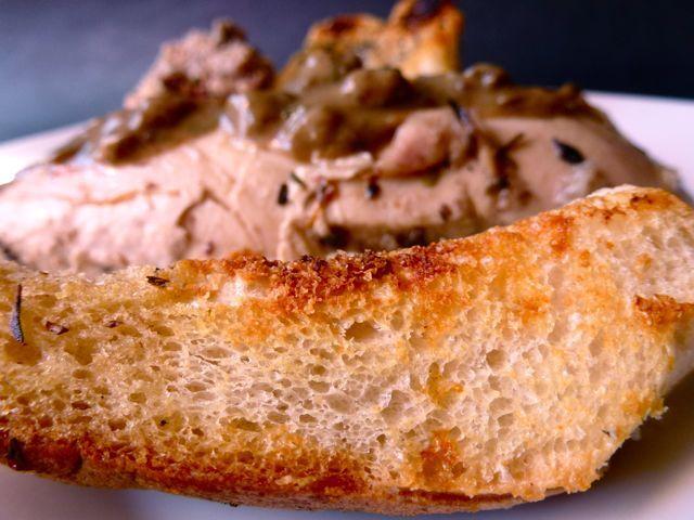 Poulet de mamie ou poulet du souvenir, sauce aux cèpes et frites au four