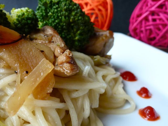 Poulet sauce hoïsin, gingembre confit et brocolis au wok