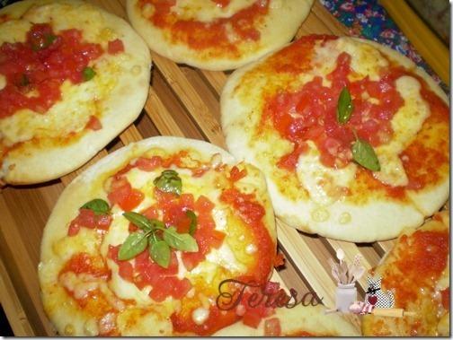 Bruschettas com Pão Sírio que parece mais uma mini pizza.