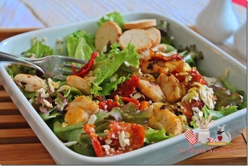 salada de rúcula com tomate seco e ricota