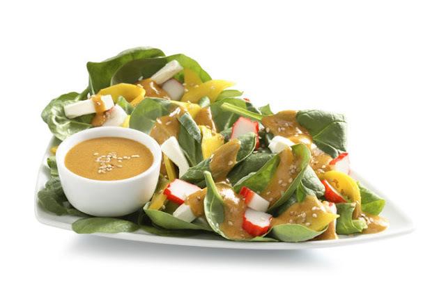 Ensalada de espinaca, surimi y mango
