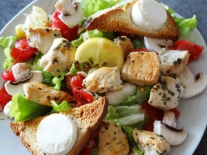 Salade de poulet citron-basilic, toasts grillés au chèvre frais