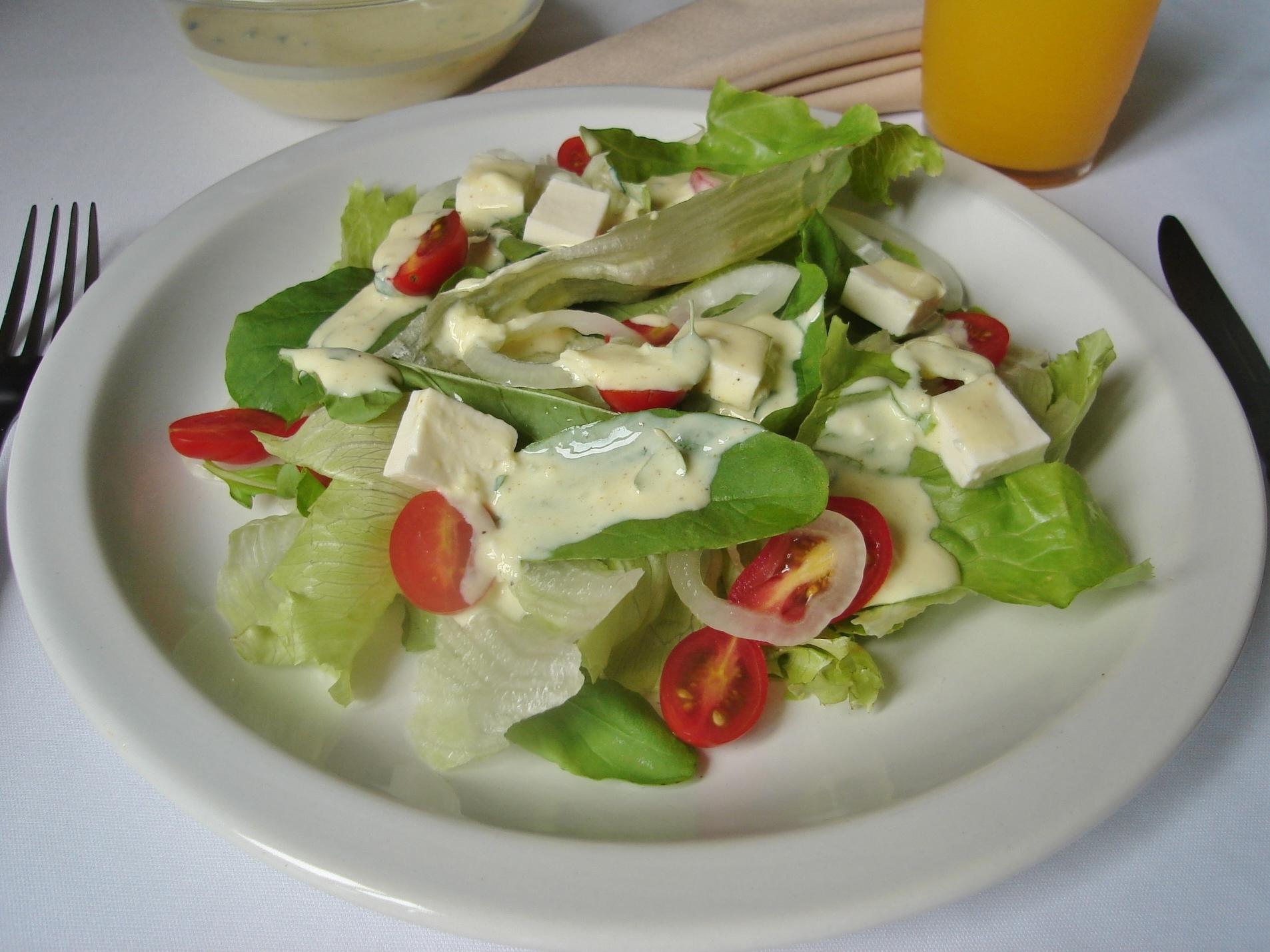 Salada verde com molho de iogurte