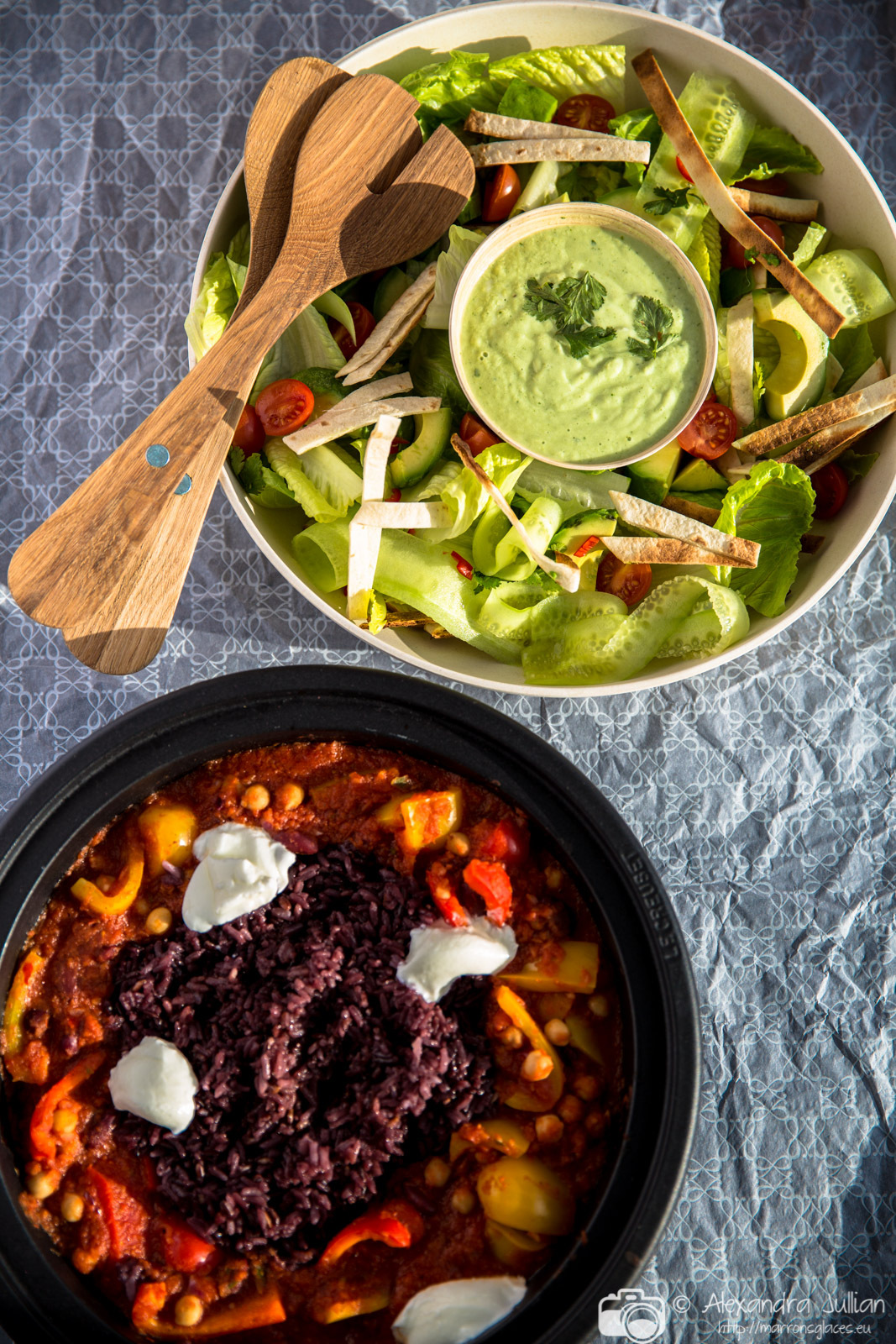 Chili végétarien, salade de tortillas croquantes et avocat