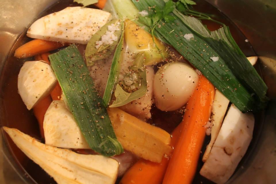 Matzeknödelsuppe *** Matzah Ball Soup***Hühnersuppe mit der berühmten jüdischen Suppeneinlage