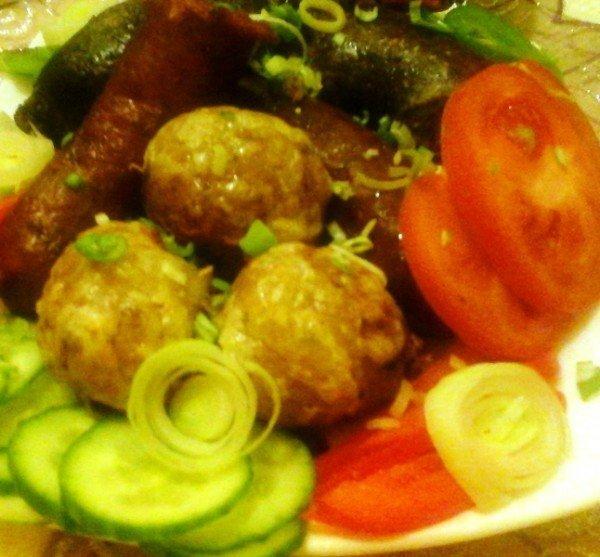 Sült hurka-kolbász/sajtos fokhagymás burgonyával és salátával…