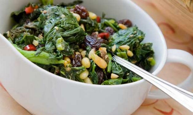 Salada quente crocante de espinafre