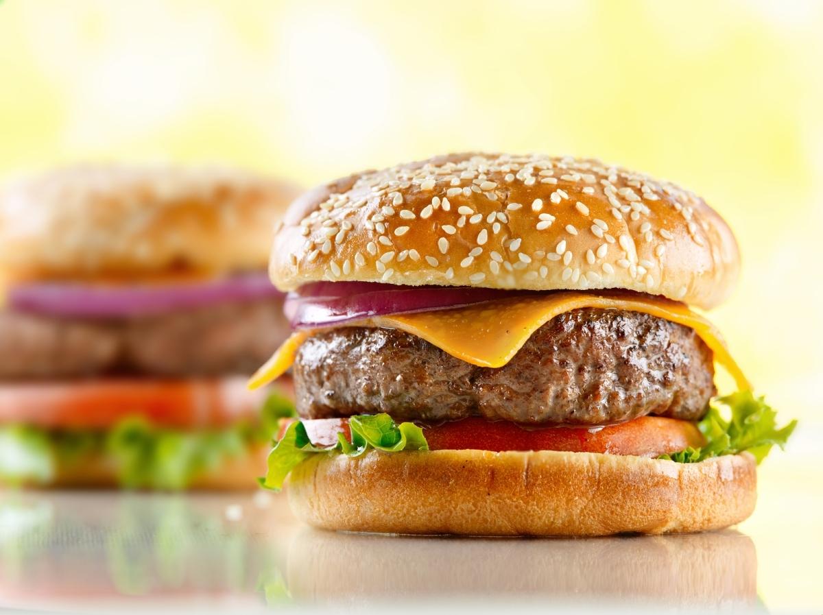 de hamburguer caseiro de carne moida com creme de cebola