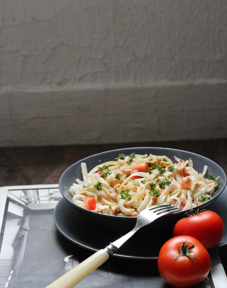 macarrão de arroz com atum e tomate