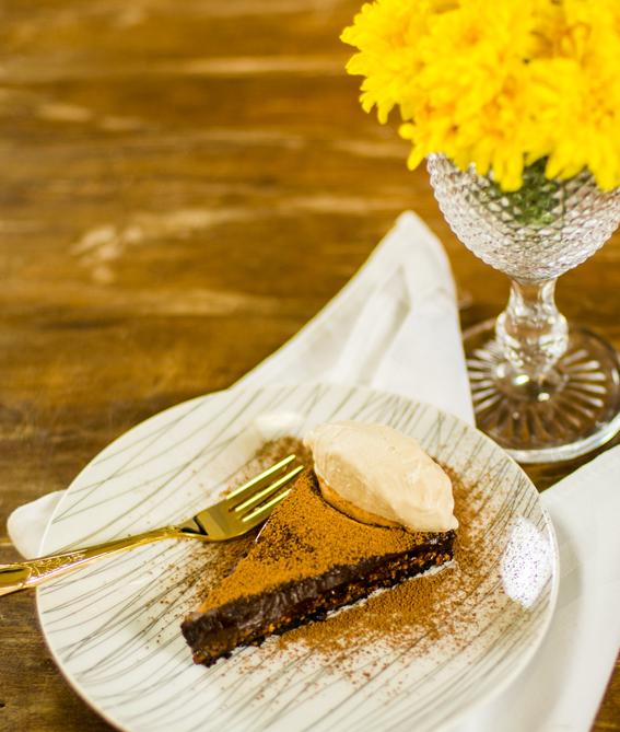 torta de oreo, caramelo de castanha de caju e chocolate