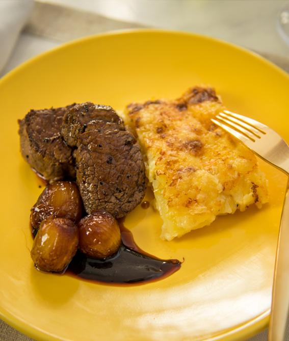 tournedos de filé com gratinado de batatas e cebolas ao vinho