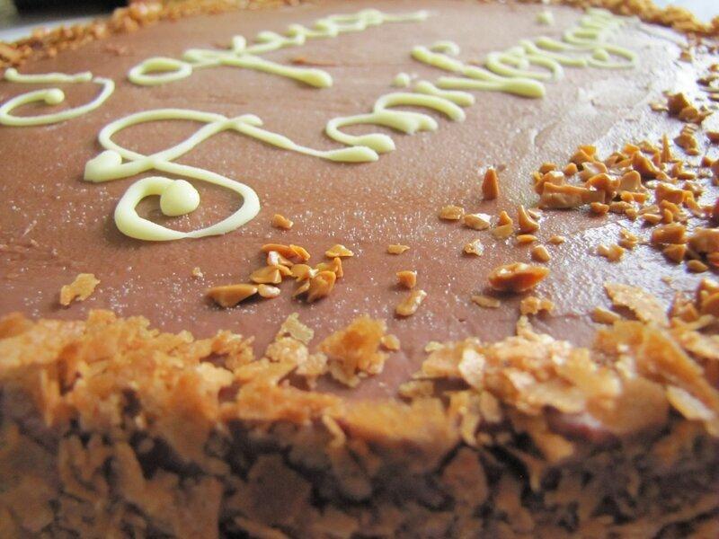 Gâteau d'anniversaire: Entremet multi-couches au gianduja, insert lait d'amandes, dacquoise noisette et crème citron chocolatée