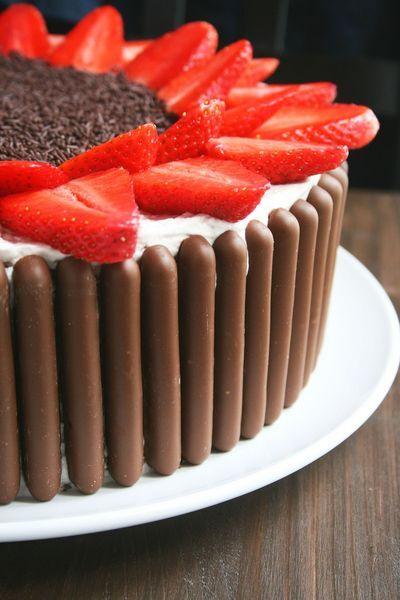 Layer cake ou gâteau à étages au chocolat et fraises