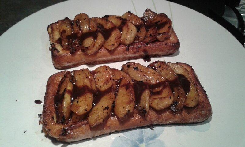 Pain perdu aux pommes et sauce aux truffes au chocolat
