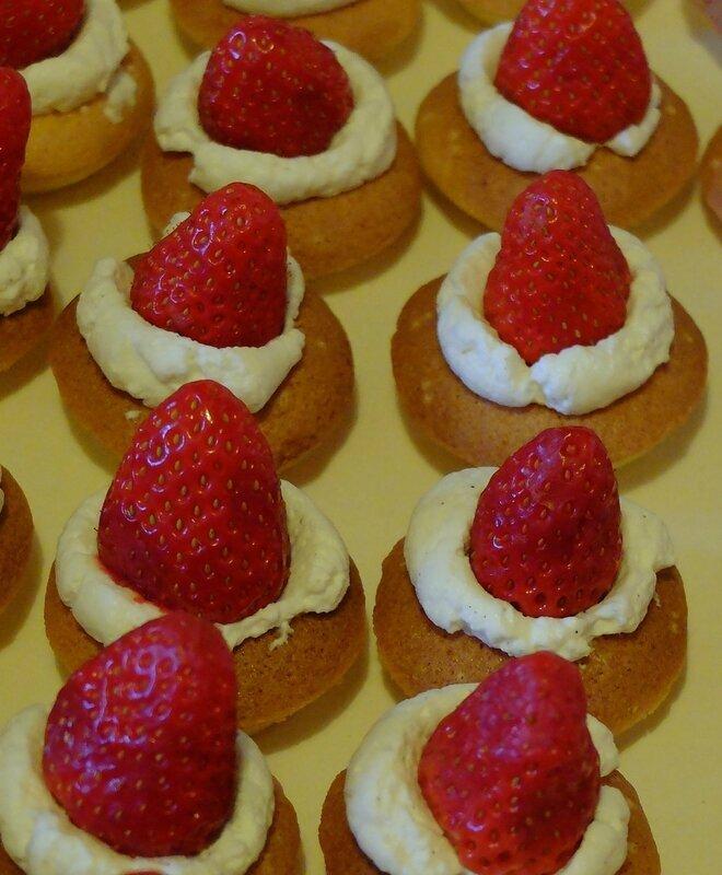 Gâteau de Savoie aux fraises gariguettes et crème Chantilly mascarpone à la vanille (version mignardise)