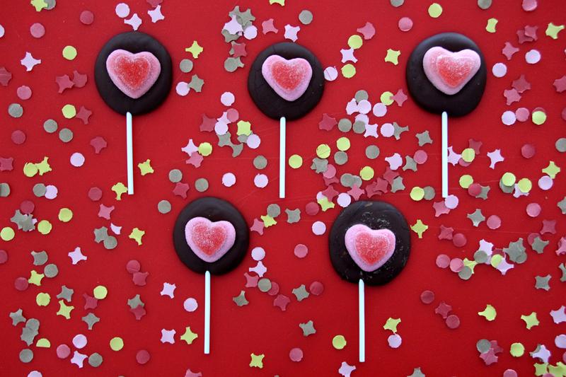 Les sucettes au chocolat et bonbons en forme de coeur