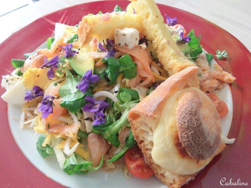 Salade de mâche, carottes colorées et son saumon fumée mariné au pamplemousse.
