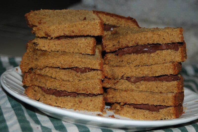 Gâteau sandwich fourré au chocolat et amandes sans glute ni produits laitiers