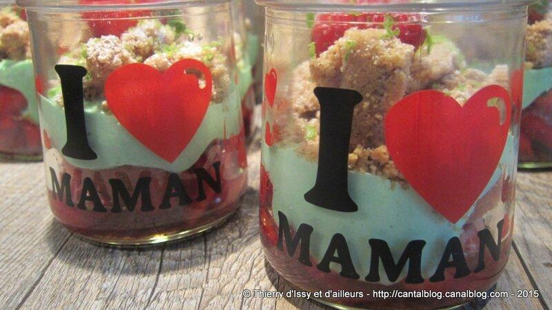 Bonne fête maman avec une verrine fraises, crème légère à la pistache et crumble noisettes