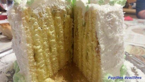 Gâteau roulé vertical, crème et confiture de kiwi, coco