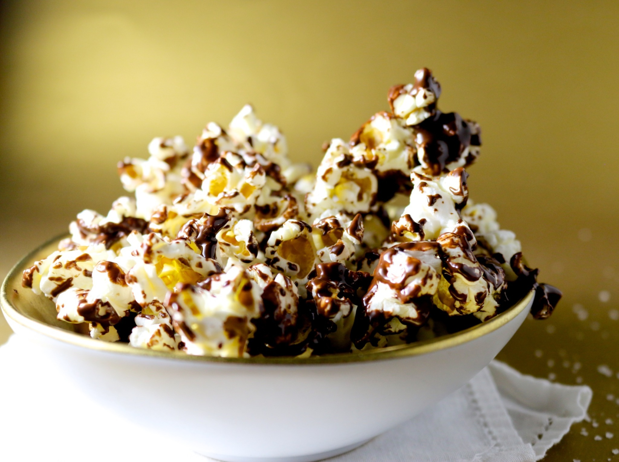 Palomitas con chocolate obscuro y sal de mal