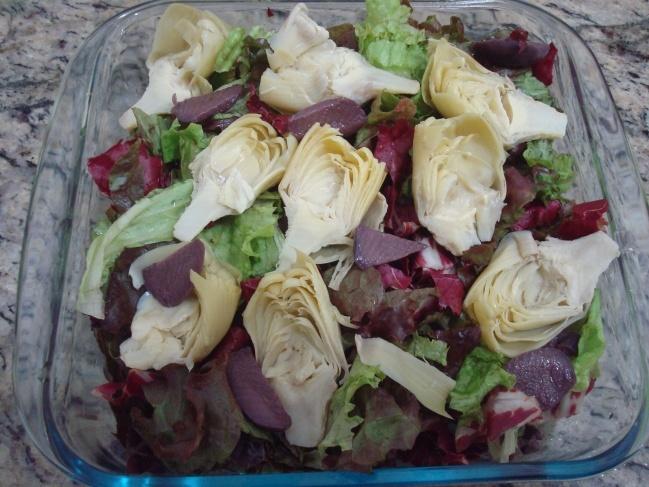 Salada de Alface Roxa com Radicchio, Alcachofra e Azeitonas Pretas
