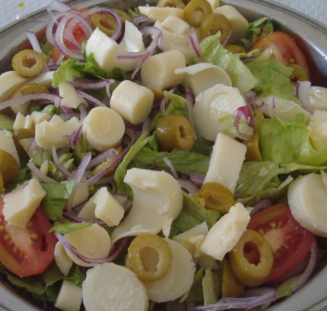 Salada de Alface Americana com Cebola Roxa, Palmito, Tomate Italiano, Azeitonas e Queijo Parmesão