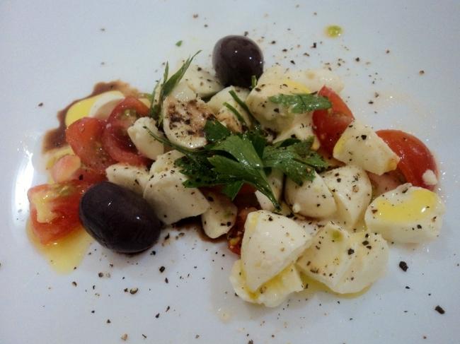 Salada de Mussarela de Búfala com Tomate Cereja