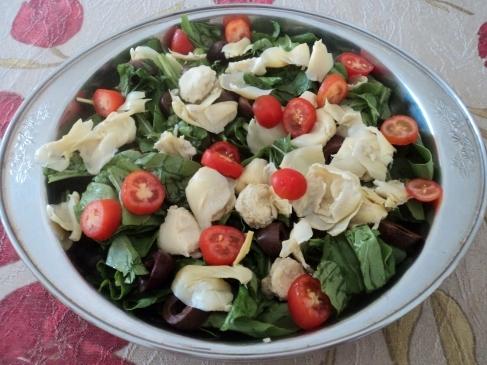 Salada de Rúcula com Alcachofra, Tomate Grape e Azeitona Preta