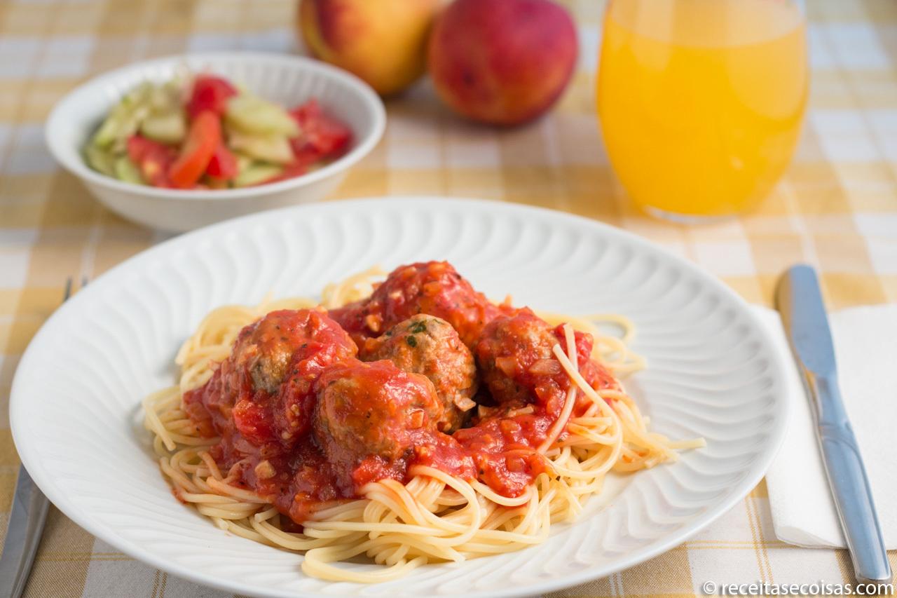 Almôndegas Sem Glúten com molho tomate