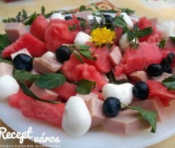 Mentás görögdinnye-saláta sonkával és mozzarellával