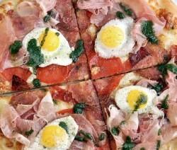 Pizza de dos jamones y huevos fritos