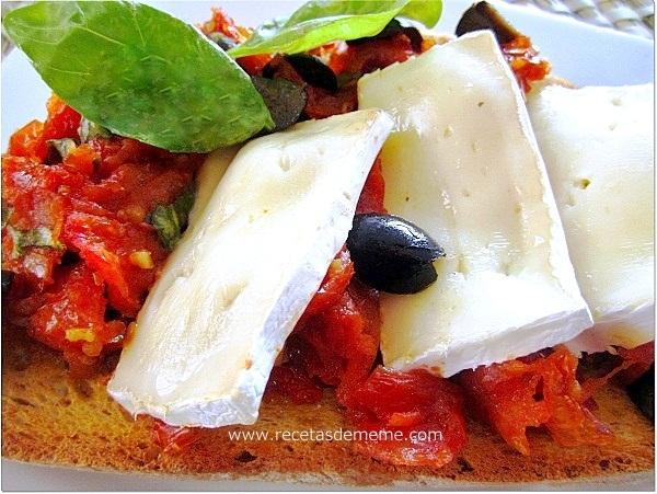 Crostinis de tomates, queso y albahaca