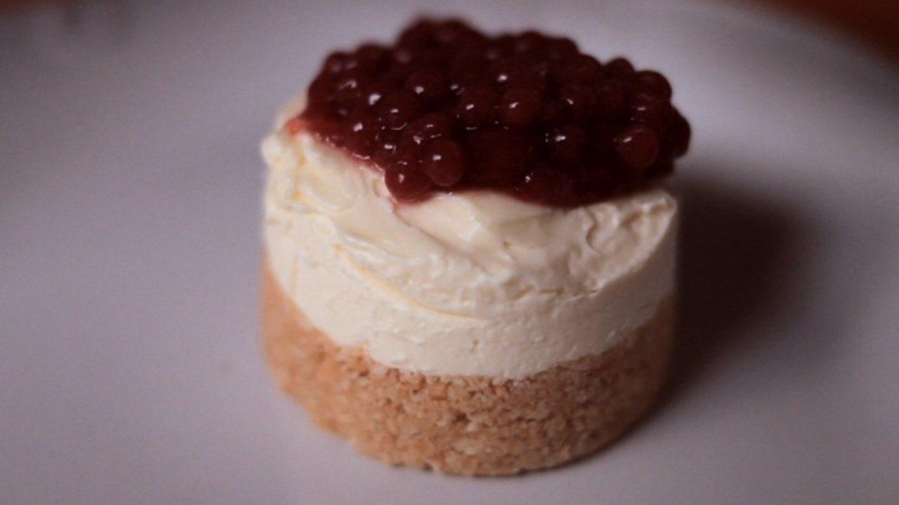 Mini cheesecake com caviar de morango Doce servido em porções individuais tem base de bolacha e recheio de cream cheese